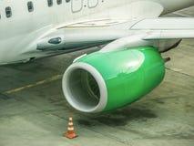Bild der Turbine des großen Passagierflugzeugs, dass, auf Abfahrt im Flughafen wartend lizenzfreie stockfotografie