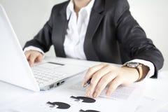 Bild der weiblichen Hände, die Computertasten und h berühren Lizenzfreies Stockfoto