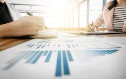 Bild der weiblichen Hand zeigend auf Geschäftsdokument während der Diskussion auf das Treffen stockfotos