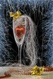Bild der Weihnachtszusammensetzung Ein Glas mit Weihnachtsdekorationen, mit Bögen und Schneeflocken Stockbild
