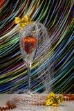 Bild der Weihnachtszusammensetzung Ein Glas mit Weihnachtsdekorationen, mit Bögen und Schneeflocken Stockbilder