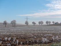 Bild der Winterlandschaft mit Stromleitungen stockfotografie