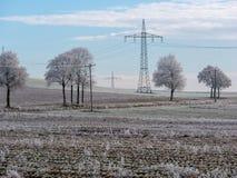 Bild der Winterlandschaft mit Stromleitungen lizenzfreie stockfotografie