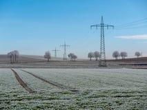 Bild der Winterlandschaft mit Stromleitungen stockbild