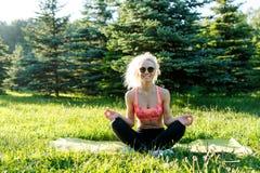 Bild des übenden Yoga des jungen Athleten auf Wolldecke Lizenzfreie Stockbilder