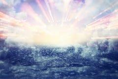 Bild des abstrakten Weges zum Himmel oder zum Himmel Sehen des hellen Konzeptes oder der Weise zur Freiheit stockfotos