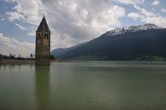 Bild des alten versunkenen Kirche Sees Resia Reschen Süd-Tirol Italien lizenzfreie stockfotografie