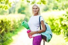 Bild des athletischen Mädchens mit Sportwolldecke Stockfotografie