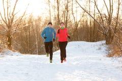 Bild des Betriebs von zwei Athleten im Winterpark stockbild