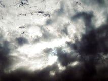 Bild des blauen Himmels mit blutigen Wolken Stockbilder