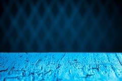 Bild des blauen Holztischs in Front Of Abstract Blurred Backgrou Stockfotos