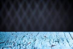 Bild des blauen Holztischs in Front Of Abstract Blurred Backgrou Lizenzfreie Stockfotos