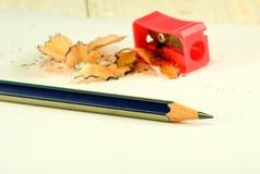Bild des Bleistiftspitzers, des Bleistifts und der Schnitzel Stockfotografie
