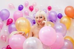 Bild des blonden Lächelns des hübschen Platins an der Kamera Lizenzfreie Stockfotografie