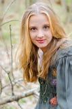 Bild des blonden Mädchens in den ethnischen Völkern kleiden an Stockfoto
