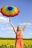 Bild des blonden recht weiblichen haltenen Regenbogens Stockfoto