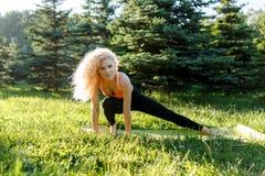 Bild des blonden Trainierens des Athleten auf Wolldecke Stockfoto