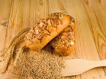 Bild des Brötchens und der Ohren des Weizens Lizenzfreies Stockfoto