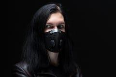 Bild des Brünettemannes in der Maske Stockfoto
