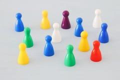 Bild des bunten Spiels stellt über Holztisch, Personalwesen und Managementkonzept dar Lizenzfreies Stockbild