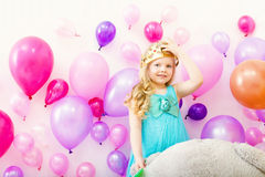Bild des comely kleinen Mädchens versucht an Spielzeugkrone stockfoto