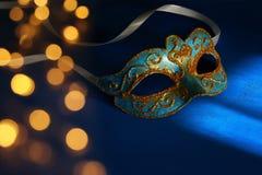 Bild des eleganten Blaus und des Goldes venetianisch, Karnevalmaske über blauem Hintergrund lizenzfreie stockbilder