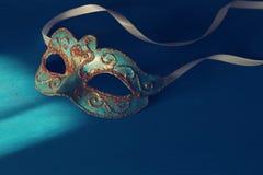 Bild des eleganten Blaus und des Goldes venetianisch, Karnevalmaske über blauem Hintergrund lizenzfreie stockfotografie