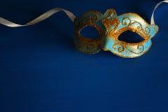 Bild des eleganten Blaus und des Goldes venetianisch, Karnevalmaske über blauem Hintergrund lizenzfreies stockbild