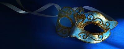 Bild des eleganten Blaus und des Goldes venetianisch, Karnevalmaske über blauem Hintergrund lizenzfreie stockfotos