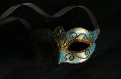 Bild des eleganten Blaus und des Goldes venetianisch, Karnevalmaske über dunklem Hintergrund stockbild