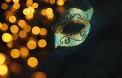 Bild des eleganten Blaus und des Goldes venetianisch, Karnevalmaske über dunklem Hintergrund Funkelnüberlagerung lizenzfreie stockfotografie