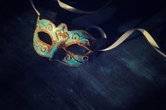 Bild des eleganten Blaus und des Goldes venetianisch, Karnevalmaske über dunklem Hintergrund Weinlese gefiltertes Foto lizenzfreie stockfotografie