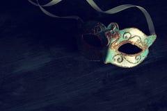 Bild des eleganten Blaus und des Goldes venetianisch, Karnevalmaske über dunklem Hintergrund Weinlese gefiltertes Foto stockbilder