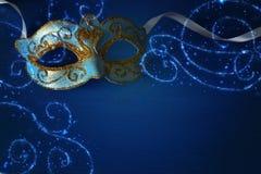 Bild des eleganten Blaus und des Goldes venetianisch, Karnevalmaske über Querstation lizenzfreie stockfotografie