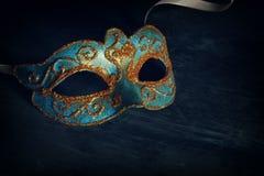 Bild des eleganten Blaus und des Goldes venetianisch, Karnevalmaske über schwarzem Hintergrund stockbild