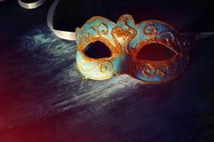 Bild des eleganten Blaus und des Goldes venetianisch, Karnevalmaske über schwarzem Hintergrund lizenzfreie stockbilder