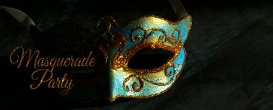 Bild des eleganten Blaus und des Goldes venetianisch, Karnevalmaske über schwarzem Hintergrund lizenzfreie stockfotografie