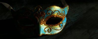 Bild des eleganten Blaus und des Goldes venetianisch, Karnevalmaske über schwarzem Hintergrund lizenzfreie stockfotos