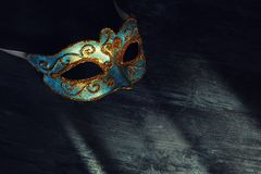 Bild des eleganten Blaus und des Goldes venetianisch, Karnevalmaske über schwarzem Hintergrund stockfotografie