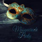 Bild des eleganten Blaus und des Goldes venetianisch, Karnevalmaske über schwarzem Hintergrund lizenzfreies stockfoto