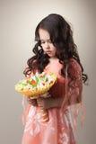Bild des eleganten Mädchens aufwerfend mit Papierblumenstrauß Lizenzfreies Stockfoto
