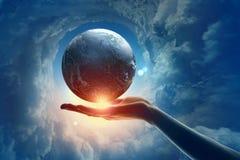 Bild des Erdplaneten an Hand Stockbilder