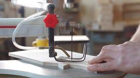 Bild des erfahrenen Tischlers, der neue Technologie bei der Arbeit einsetzt stock footage