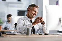 Bild des erwachsenen tragenden weißen Hemdes des Geschäftsmannes 30s und des Bindung sitti lizenzfreie stockbilder