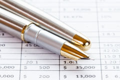 Bild des Finanzberichts mit Stift Lizenzfreie Stockfotos