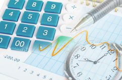 Bild des Finanzberichts mit Stiftuhr und -taschenrechner Lizenzfreie Stockfotografie