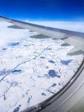 Bild des Flügels des Flugzeuges, Wolken, blauer Himmel vom Fenster Lizenzfreie Stockbilder