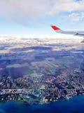 Bild des Flügels des Flugzeuges, Wolken, blauer Himmel vom Fenster Stockbilder