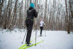 Bild des Frauenskifahrens des Sports zwei im Winterwald Lizenzfreie Stockbilder