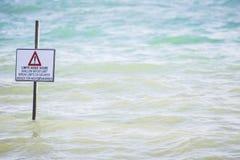 Bild des generischen Wegweisers des seichten Wassers des Haltesignals Grenz Lizenzfreie Stockfotografie